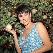 """Francine Jordi mit Christbaumkugel in der Hand bei der 14. ZDF-Benefiz-Musikshow """"Die schönsten Weihnachtshits"""" mit Carmen Nebel. Live Spendengala zu Gunsten von """"Misereor"""" und """"Brot für die Welt"""". Bavaria Studios, München."""