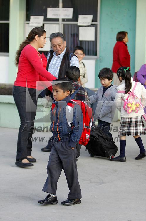 Metepec, México.- 4.5 millones de estudiantes de nivel básico, medio superior y superior regresaron este día a clases, en el inicio del ciclo escolar 2012-2013, en algunos casos les fue aplicada una prueba para saber como regresan de sus vacaciones los alumnos. Agencia MVT / Crisanta Espinosa