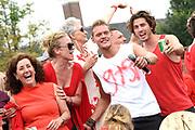 De jaarlijkse Canal Parade is onderdeel van de Amsterdam Gay Pride. Tijdens dit evenement vieren lesbiennes, homos, biseksuelen en transgenders (LHBT) dat ze mogen zijn wie ze zijn en mogen houden van wie ze willen. <br /> <br /> The annual Canal Parade is part of the Amsterdam Gay Pride. During this event lesbians, homosexuals, bisexuals and transgenders (LGBT) celebrate that they can be who they are and are allowed to love who they want.<br /> <br /> Op de foto / On the photo:  Ferry Doedens , Jette van der Meij