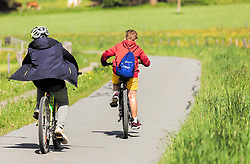 THEMENBILD - Jugendliche fahren mit Rädern auf einem Radweg durch blühende Wiesen, aufgenommen am 23. Mai 2019, Kaprun, Österreich // Young people cycling on a cycle path through flowering meadows on 2019/05/23, Kaprun, Austria. EXPA Pictures © 2019, PhotoCredit: EXPA/ Stefanie Oberhauser