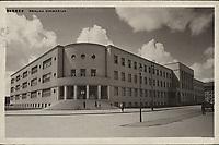 Zagreb : Realna gimnazija. <br /> <br /> ImpresumZagreb : Foto-Material od t. t. Griesbach i Knaus, [između 1932 i 1941].<br /> Materijalni opis1 razglednica : tisak ; 9 x 14 cm.<br /> NakladnikFotoveletrgovina Griesbach i Knaus (Zagreb)<br /> Mjesto izdavanjaZagreb<br /> Vrstavizualna građa • razglednice<br /> ZbirkaGrafička zbirka NSK • Zbirka razglednica<br /> Formatimage/jpeg<br /> PredmetZagreb –– Ulica Jurja Križanića<br /> SignaturaRZG-KRIZ-1<br /> Obuhvat(vremenski)20. stoljeće<br /> NapomenaRazglednica je putovala. • Na poleđini razglednice iznad razdjelne linije otisnut je monogram GLZ, vjerojatno Ljudevit Griesbach kao autor fotografije po kojoj nastaje razglednica.<br /> PravaJavno dobro<br /> Identifikatori000954494<br /> NBN.HRNBN: urn:nbn:hr:238:378781 <br /> <br /> Izvor: Digitalne zbirke Nacionalne i sveučilišne knjižnice u Zagrebu