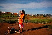 Uberaba_MG, Brasil...Retrato de uma cigana com seu filho em Uberaba, Minas Gerais...The gipsy portrait with her son in Uberaba, Minas Gerais...Foto: LEO DRUMOND / NITRO