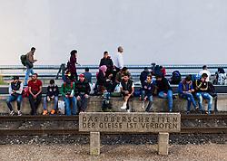 13.09.2015, Westbahnhof, Wien, AUT, Flüchtlinge in Österreich, Der Zugverkehr zwischen Österreich und Deutschland wurde heute um 17:00 Uhr für zwölf Stunden gestoppt. im Bild Flüchtlinge warten an den Bahnsteigen // railway service between Austria and Germany has stopped for 12 hours at Westnbahnhof in Vienna on 2015/09/05, EXPA Pictures © 2015, PhotoCredit: EXPA/ Michael Gruber