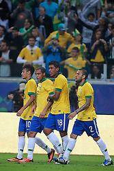 Daniel Alves, Paulinho, Hulk e Neymar comemoram no amistoso entre Brasil e França no estádio Arena do Grêmio, em Porto Alegre (RS). FOTO: Jefferson Bernardes/Preview.com