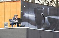 EINDHOVEN - Hockey Hoofdklasse mannen. Oranje Zwart-Kampong (2-5). NOS-verslaggever TIM STEENS op het dak van het clubhuis van OZ. FOTO KOEN SUYK
