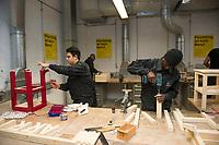 DEU, Deutschland, Germany, Berlin, 17.12.2015: Flüchtlinge arbeiten in einer Werkstatt der Flüchtlings-Initiative der Handwerkskammer, arrivo Berlin, in der Innung für Metall- und Kunststofftechnik. Mohamad Al Homsi aus Syrien (links) und El Alhagie Gailou aus Ghana (rechts) beim Arbeiten an einem Tisch.