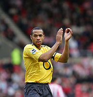 Photo: Andrew Unwin.<br /> Sunderland v Arsenal. The Barclays Premiership. 01/05/2006.<br /> Arsenal's Thierry Henry applauds a pass from his team-mate.