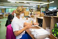 DEU, Deutschland, Germany, Eberswalde, 11.06.2020: In der Corona-Krise produziert der Schulranzenhersteller Thorka (McNeill) auch Mund-Nase-Schutzmasken. Hier eine Frau bei der Qualitätskontrolle der einfachen textilen Schutzmasken. Im Unternehmen gibt es Pläne, in die Herstellung von medizinischen FFP-Masken einzusteigen.