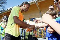 Fotball<br /> Elfenbenskysten<br /> 24.05.2010<br /> Foto: EQ Images/Digitalsport<br /> NORWAY ONLY<br /> <br /> FIFA Weltmeisterschaft 2010 in Suedafrika, Vorberichte, Vorbereitung Nationalteam Elfenbeinkueste, Trainingslager. <br /> Bild zeigt Didier Drogba (CIV) und Fans.