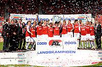 Fotball<br /> Nederland / Holland<br /> Foto: ProShots/Digitalsport<br /> NORWAY ONLY<br /> <br /> AZ - Heerenveen  , 10-05-2009 , AZ krijgt de kampioen schaal uitgereikt