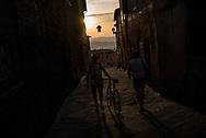 All'alba i partecipanti al percorso piu' lungo, 170 km si avviano verso la partenza, saranno i primi a partire. La seconda edizione dell'Eroica a Montalcino ha visto partecipare piu' di 1400 ciclisti italiani e stranieri, vestiti con abiti d'epoca e in sella a biciclette vintage. Hanno prcorso le strade delle colline toscane percorrendo fino a 170km su strade bianche e asfaltate.  Federico Scoppa