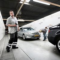 Nederland, Amsterdam , 20 juni 2013.<br /> Leaseplan.<br /> In een locatie in Amsterdam worden dagelijks alle afgedankte leasewagens ingezameld en meteen klaar gemaakt voor export/doorverkoop. Het gaat om 30.000 auto's per jaar, oftewel 600 per week.<br /> <br /> We willen graag een beeld van een onderdeel van het proces laten zien, bijv. van het binnenrijden via controle op schade naar poetsbeurt en selectie voor verkoop/export.<br /> Foto:Jean-Pierre Jans