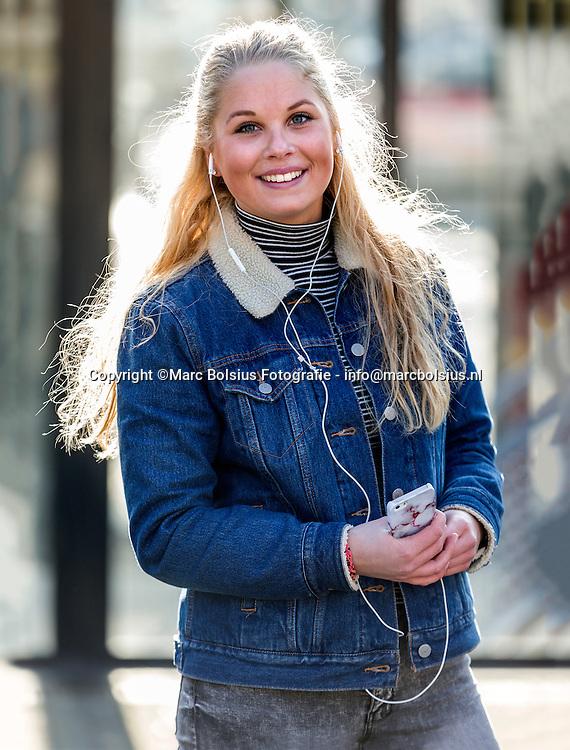 Nederland,  Den Bosch, rubriek waar luister Jij Naar , AD Magazine<br /> Michelle Melsen 18 jaar oiud uit Grave luistert naar het nummer Mevrouw de Bruin van Diggy Dex, een vrolijk nederlandstalig nummer dat goed past bij het weer. Michelle reist altijd met oortjes. Thuis luistert ze graag naar Catch and Release van de gelijknamige film. Dansmuziek is ook een item vanwege haar hobby zumba . Afgelopen zomer was ze bij een concert van Guus Meeuwis en dat was oergezellig.Haar muziekkeuze loopt synchroon met haar gevoel.