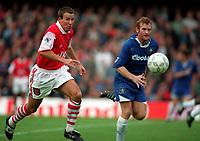 Fotball<br /> Premier League 1995/96<br /> Chelsea v Arsenal<br /> 30. september 1995<br /> Foto: Digitalsport<br /> NORWAY ONLY<br /> PAUL MERSON (ARSENAL) ERLAND JOHNSEN (CHELSEA)