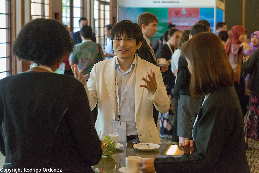 Participants interact and network during a coffee break at the global summit on diabetes and tuberculosis in Bali, Indonesia, on November 2, 2015.<br /> The increasing interaction of TB and diabetes is projected to become a major public health issue.The summit gathered a hundred public health officials, leading researchers, civil society representatives and business and technology leaders, who committed to take action to stop this double threat. (Photo: Rodrigo Ordonez for The Union)