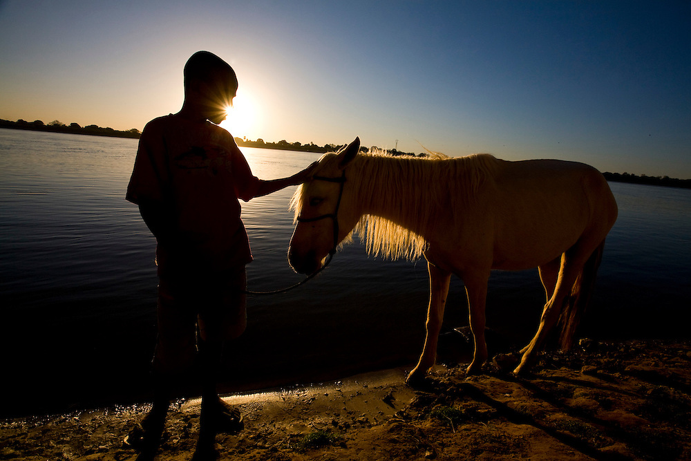 Sao Francisco _ MG, Brasil...Menino com um cavalo na margem do rio Sao Francisco...A boy with a horse in Sao Francisco shore...Foto: LEO DRUMOND /  NITRO