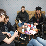 NLD/Utrecht/20200214 - Bn'ers zoeken echt contact met reizigers, Trijntje Oosterhuis praat met een groep jongeren