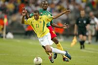 FOOTBALL - CONFEDERATIONS CUP 2003 - GROUP B - 030619 - BRASIL V KAMERUN - GIL (BRA) / ERIC DJEMBA (CAM) - PHOTO STEPHANE MANTEY / DIGITALSPORT