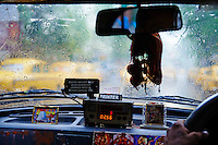 Inde, Bengale-Occidental, Kolkata, taxi jaune de la marque Ambassador // India, West Bengal, Kolkata, Calcutta, Yellow Ambassador taxis