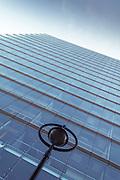 Glasfassade Stadttor und Strassenlaterne, Düsseldorf, Deutschland