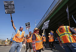 June 21, 2017 - Los Angeles, California, U.S - Warehouse workers and truck drivers on a picket line during a strike at the Port of Long Beach, California. (Credit Image: © Ringo Chiu via ZUMA Wire)
