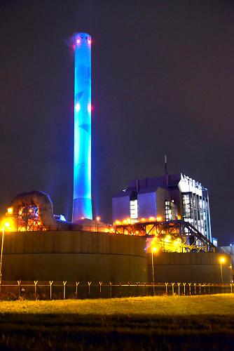 Nederland, the Netherlands, Nijmegen, 5-1-2016Elektriciteitscentrale van Electrabel, voorheen PGEM, EPON, Nuon en Electrabel. Onderdeel van GDF SUEZ Energie Nederland. Het is een kolengestookte centrale, en is stilgelegd, gesloten vanwege ouderdom, stroomoverschot en energieakkoord. Op het terrein zal een zonnepanelenpark gebouwd worden. Rechts is de wateruitlaat te zien die warm koelwater de rivier in loost.Power plant will shut down early 2016 because of electricity surplus and co2 emissionsFoto: Flip Franssen/HH