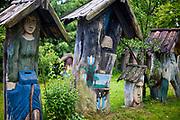Brusy-Jaglie (woj. pomorskie) 09.07.2011.  Rzeźby artysty ludowego Józefa Chełmowskiego (zm. 6 lipca 2013) eksponowane w malowniczym ogrodzie stanowiącym prywatne muzeum regionalne.