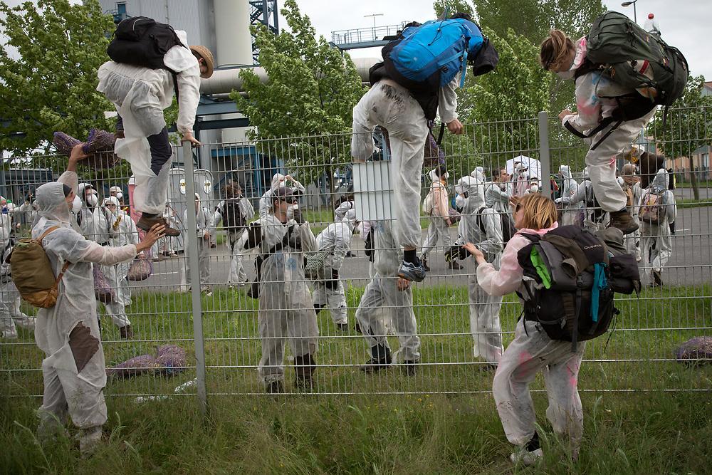 """Umweltschutzaktivisten blockieren an den Ende Gelände - Aktionstagen 2016 unter dem Motto """"Kohle stoppen. Klima schützen"""" den Tagebau Welzow-Süd von Vattenfall in der Lausitz. Aktivisten stürmen das Betriebsgelände des Kraftwerk Schwarze Pumpe. Nach einer Demonstrationsrunde um Teile des Kraftwerkes verlassen sie das Gelände, ca. 100 Demonstranten werden daraufhin von der Polizei in Gewahrsam genommen. <br /> <br /> [© Christian Mang - Veroeffentlichung nur gg. Honorar (zzgl. MwSt.), Urhebervermerk und Beleg. Nur für redaktionelle Nutzung - Publication only with licence fee payment, copyright notice and voucher copy. For editorial use only - No model release. No property release. Kontakt: mail@christianmang.com.]"""