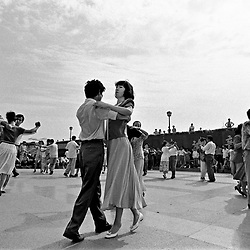 """Shanghai. Juni 1995. TIL ARKIV.<br /> Kinesere danser klassisk dans ved """"The Bond"""" i Shanghai.<br /> FOTO: THOMAS SØNDERGAARD"""