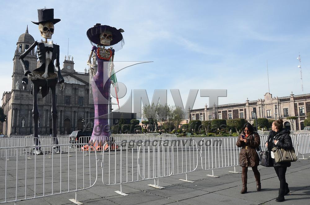 Toluca, México.- Un Catrín y una catrina de más de 10 metros amanecieron hoy en Plaza de los Mártires de Toluca, ésto previo al festejo del festival del alfeñique tolucca 2015. Agencia MVT / Arturo Hernández.