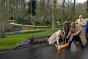 Zweedse kroonprinses Victoria is aanwezig bij de opening van de keukenhof en zal deze officieel openen.<br /> Dit jaar staat Keukenhof in het teken van 300 year Linnaeus, the King of Flowers. Van 22 maart tot en met 20 mei kunnen tuin- en natuurliefhebbers de lente vieren in de Keukenhof. In die periode is het 32 hectare grote park een lust voor het oog, met maar liefst 7 miljoen bloeiende bolbloemen, bloeiende heesters, eeuwenoude bomen en vijvers met sierlijke fonteinen.  / Swedish crown princess victoria is officially present at the opening of the Keukemhof and this  this year The Keukenhof court dominated by 300 year Linnaeus, the King or Flowers. From 22 March till  20 May peoples celebrate spring in the Keukenhof. In that period it 32 is hectares large park a desire for the eye, with no less than 7 millions flowers, thriving shrubs, secular trees and ponds with elegant fontains<br />  Op de foto: De Openingsceremonie ( die niet helemaal goed gaat..)