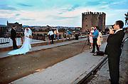 Spanje, Cordoba, 15-9-1997Bruidspaar en fotograaf bij de Romeinse brug. Bruidegom is EngelsFoto: Flip Franssen