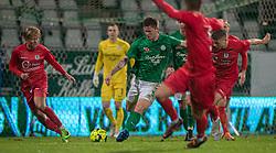 Sebastian Grønning (Viborg FF) følges af Carl Lange og Frederik Juul Christensen (FC Helsingør) under kampen i 1. Division mellem Viborg FF og FC Helsingør den 30. oktober 2020 på Energi Viborg Arena (Foto: Claus Birch).