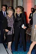 Uitreiking van de Prins Claus Prijs 2014 n het Koninklijk Paleis in Amsterdam.<br /> <br /> Presentation of the Prince Claus Award in 2014 n the Royal Palace in Amsterdam.<br /> <br /> op de foto / On the photo: Prinses Mabel en prinses Beatrix / Princess Mabel and Princess Beatrix