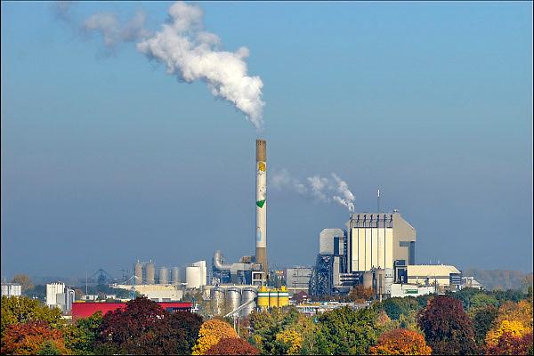 Nederland, Nijmegen, 27-10-2015Elektriciteitscentrale van Electrabel, onderdeel van GDF SUEZ Energie Nederland. Het is een kolengestookte centrale, en wordt begin 2016 gesloten vanwege ouderdom en stroomoverschot.  Er wordt ook biomassa en houtsnippers verstookt. Op het terrein zal een zonnepanelenpark gebouwd worden.Power plant will shut down early 2016 because of electricity surplus and co2 emissionsFoto: Flip Franssen/HH