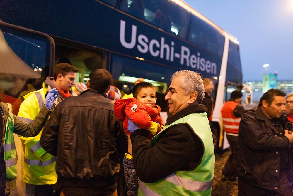 Koeln, DEU, 15.10.2015<br /> <br /> Ankunft eines Sonderzugs aus Passau der Deutschen Bahn mit rund 670 Fluechtlingen am Bahnhof des Koeln/Bonner Flughafens. Von hier aus werden die Menschen, die groesstenteils über die Balkan-Route nach Oesterreich gelangten, auf Erstunterbringungsstellen in Nordrhein-Westfalen verteilt.<br /> <br /> <br /> Foto: Bernd Lauter/berndlauter.com