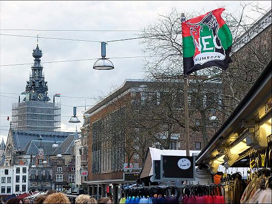 Nederland, Netherlands, Nijmegen, 4-4-2015 Markt in het centrum van Nijmegen. Bij een kraam hangen vlaggen vant NEC. Gisteren werden ze kampioen in de jupiler league en vandaag is de huldiging. Ook aan de stevenstoren, stevenskerk, hangen clubvlaggenFOTO: FLIP FRANSSEN/ HOLLANDSE HOOGTE