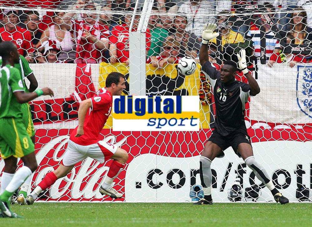 0:1 Tor v.l. Torschuetze Alexander Frei, Torwart Kossi Agassa Togo<br /> Fussball WM 2006 Togo - Schweiz <br /> Togo - Sveits<br /> Norway only