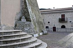"""Alberona (Arëvëronë in dialetto lucerino) è un comune italiano di 1.012[3] abitanti della provincia di Foggia in Puglia. Il Touring Club Italiano gli ha riconosciuto la Bandiera Arancione nel 2002 e dal 2005 fa parte del circuito dei """"I borghi più belli d'Italia"""".<br /> Alberona sorge nel Subappenino dauno, sulle pendici del monte Stilo che domina il Tavoliere delle Puglie. Il territorio comunale, in gran parte boschivo, è attraversato da torrenti e rivoli di acqua come il canale dei Tigli, interrotto a tratti da piccole cascate.<br /> L'abitato è costituito prevalentemente da caratteristiche case contadine in sassi, pietra bianca o in muratura. Il principale monumento del borgo è la Torre del Priore, appartenuta prima ai Templari e divenuta nel XIV secolo residenza del Gran Priore dell'Ordine dei Cavalieri di Malta di Barletta, quando si trasferiva nel suo feudo di Alberona. Nel 2002 è stata donata a Italia Nostra che ne ha fatto la propria sede.<br /> Gli altri monumenti includono la chiesa di San Rocco (XVI secolo), la chiesa Madre di fondazione più antica, il Museum Antiquarium, l'Arco dei Mille, le caratteristiche stradine e i vicoli del centro storico.<br /> Nel territorio comunale è possibile fare escursioni lungo i sentieri che tagliano il Bosco del Subappennino e raggiungono il canale dei Tigli, il parco eolico in direzione di Volturino, il Crocione, Monte Cornacchia, in direzione di Roseto Valfortore."""