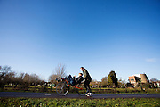 Iris Slappendel maakt haar eerste meters op een ligfiets. In september wil het Human Power Team Delft en Amsterdam, dat bestaat uit studenten van de TU Delft en de VU Amsterdam, tijdens de World Human Powered Speed Challenge in Nevada een poging doen het wereldrecord snelfietsen voor vrouwen te verbreken met de VeloX 7, een gestroomlijnde ligfiets. Het record is met 121,44 km/h sinds 2009 in handen van de Francaise Barbara Buatois. De Canadees Todd Reichert is de snelste man met 144,17 km/h sinds 2016.<br /> <br /> Iris Slappendel is riding for the first time on a recumbent. With the VeloX 7, a special recumbent bike, the Human Power Team Delft and Amsterdam, consisting of students of the TU Delft and the VU Amsterdam, also wants to set a new woman's world record cycling in September at the World Human Powered Speed Challenge in Nevada. The current speed record is 121,44 km/h, set in 2009 by Barbara Buatois. The fastest man is Todd Reichert with 144,17 km/h.