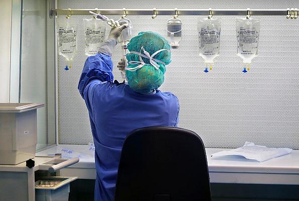 Nederland, nijmegen, 3-2-2010Een medewerkster van de ziekenhuisapotheek vult infuuszakken met speciale medicijnen voor intraveneuze toediening.Foto: Flip Franssen