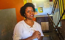 """PORTO ALEGRE, RS, BRASIL, 21-01-2017, 13h18'03"""":  Desiree dos Santos, 32, no Matehackers Hackerspace da Associação Cultural Vila Flores, no bairro Floresta da capital gaúcha. A  Consultora de Desenvolvimento de Software na empresa ThoughtWorks fala sobre as dificuldades enfrentadas por mulheres negras no mercado de trabalho.(Foto: Gustavo Roth / Agência Preview) © 21JAN17 Agência Preview - Banco de Imagens"""