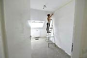 Nederland, Leuth, 6-7-2017In dit dorp in de Ooijpolder worden door een private vastgoed investeerder14 nieuwe sociale woningen gebouwd, bedoeld voor de goedkope, betaalbare  huur aan lokale vooral jongeren. Een jonge bewoonster is bezig met het schilderen van een slaapkamer. Foto: Flip Franssen