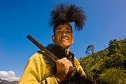 Traditionell gekleideter Mann mit Machete vom Stamm der Adi, Arunachal Pradesh, Nordost Indien*Traditional dressed man with machete from the Adi tribe, Arunachal Pradesh, Northeast India