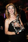 NFF - Nederlands Filmfestival - uitreiking van de Gouden Kalveren in Tivolli Utrecht.<br /> <br /> op de foto:   Iris Otten met de Gouden Kalf voor de Beste Film voor de film Aanmodderfakker