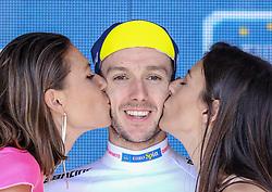 26.05.2017, Piancavallo, ITA, Giro d Italia 2017, 19. Etappe, Innichen (San Candido) nach Piancavallo, im Bild der Träger des Weißen Trikots, Maglia Bianca, Adam Yates (GBR, Team Orica-Scott) bei der Siegerehrung // white jersey Adam Yates (GBR, Team Orica-Scott) celebrates on podium after the 19 th stage of the 100 th Giro d Italia cycling race from Innichen (San Candido) to Piancavallo, Italy on 2017/05/26. EXPA Pictures © 2017, PhotoCredit: EXPA / Martin Huber