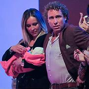 NLD/Hilversum/20130119 - 4e Liveshow Sterren Dansen op het IJs 2013, Darya  Nucci met partner Michael Boogerd en dochter Anais