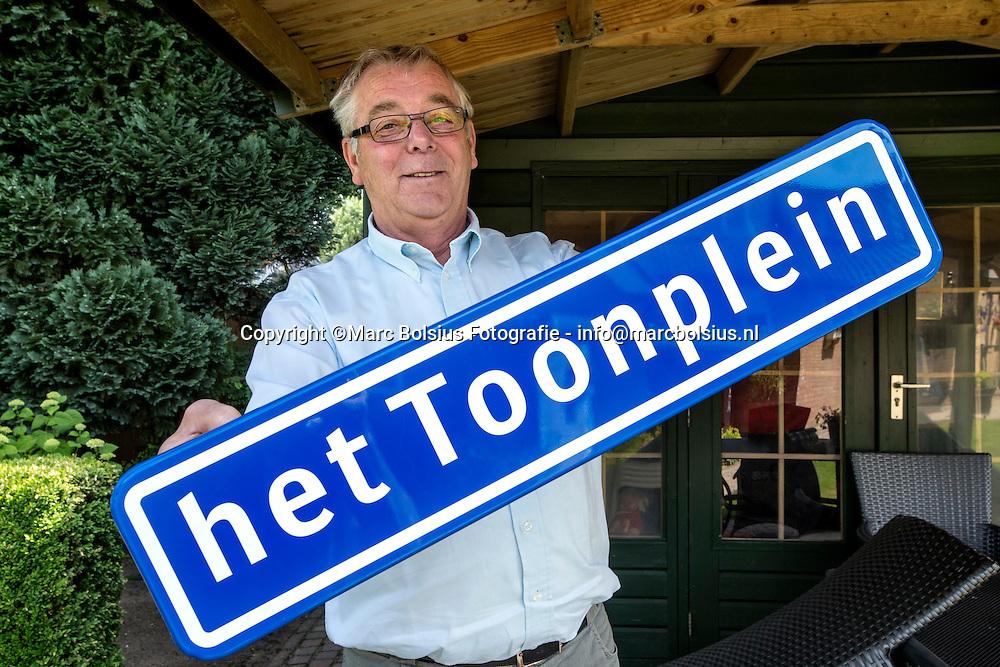 Nederland, Schijndel, concierge van het Eldecollege Toon van Engeland neemt afscheid na 25 jaar.