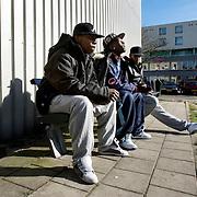 Nederland Rotterdam 14 maart 2008 20080314 .Allochtone jongeren zitten op bankje en genieten van zonnetje en roken een blowtje in achterstandswijk Hillesluis Rotterdam Zuid..Foto David Rozing