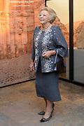 """Opening van de  tentoonstelling 'Petra. Wonder in de woestijn' in het Rijksmuseum van Oudheden in Leiden.<br /> <br /> Opening of the exhibition """"Petra. Miracle in the desert """"in the Museum of Antiquities in Leiden.<br /> <br /> Op de foto / On the photo :  Prinses Beatrix bekijkt de tentoonstelling / Princess Beatrix viewing the exhibition"""